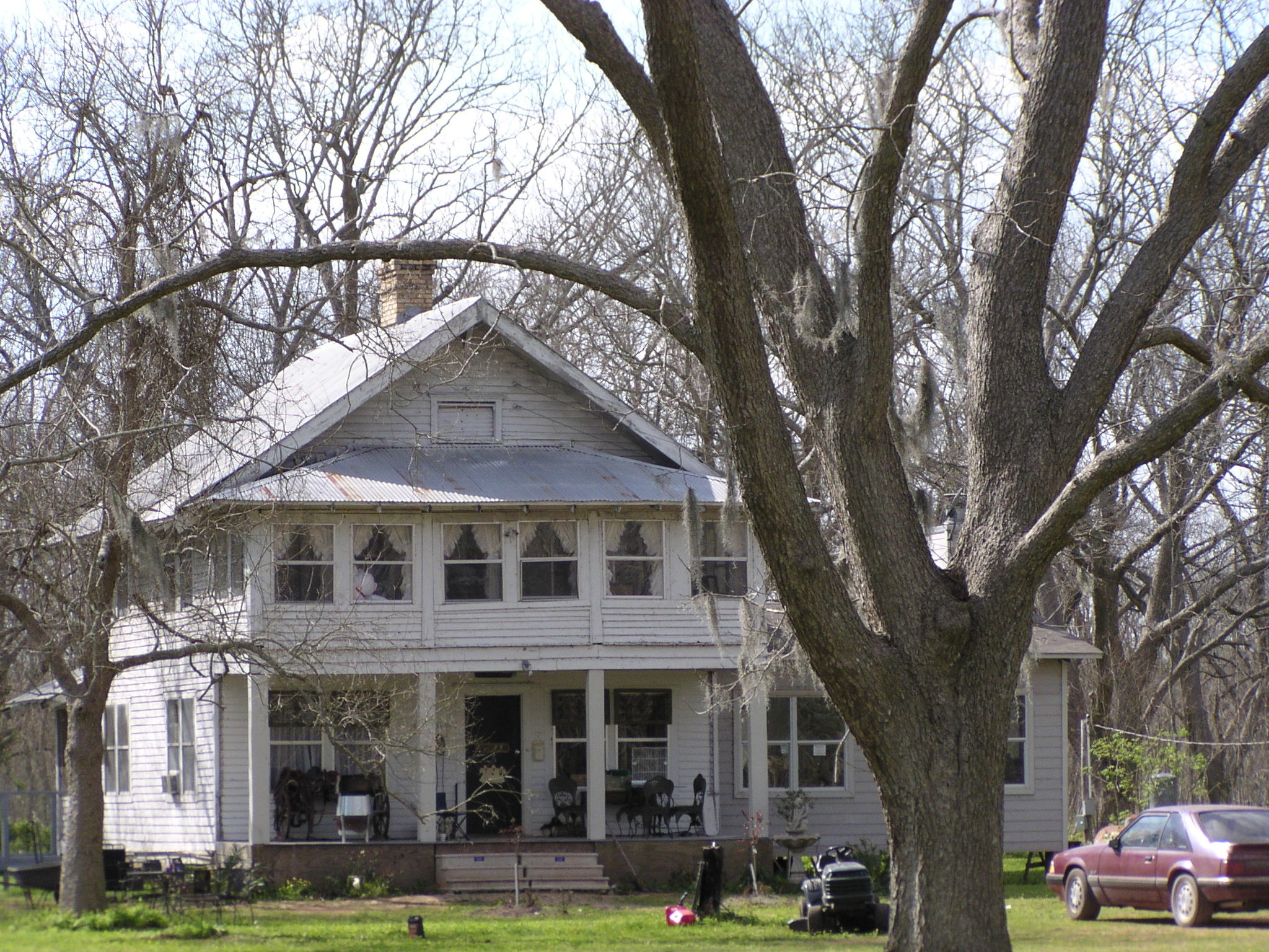 The Miller House was built around 1900 near the Juliff cotton gin, featuring 6 small bedrooms.